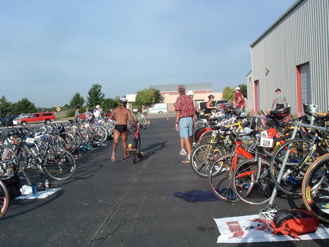 Picture of Triathletes in front of COM